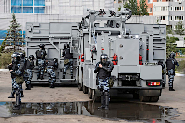 02_russian_riot_police_machine_the_wall.jpg